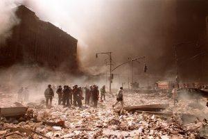 Kampak zmizely? A kde jsou trosky? Celé WTC bylo rozmetáno na jemný prach po celém Manhattanu. Opravdu takhle vypadá kolaps budovy po požáru? Foto Profimedia