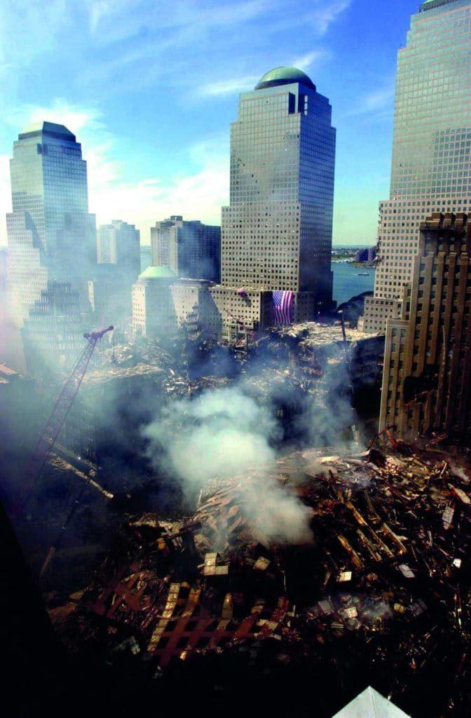 Pokud spadne jakýkoli barák, většinou je to důvod k zármutku. Pokud to ovšem nevíte dopředu a na burze na tom vyděláte majlant. Tak jako mnozí šťastlivci 11. září 2001. Foto Profimedia